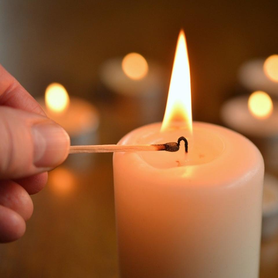 Kerzen Anzünden